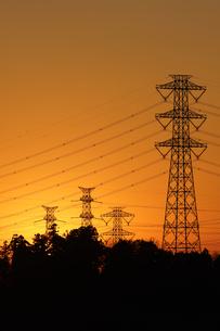 鉄塔と夕日の写真素材 [FYI04841597]