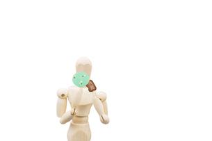 会食用うちわで口元を隠しながら食事するデッサン人形の写真素材 [FYI04841710]