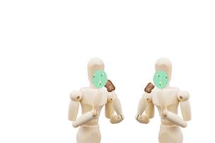 会食用うちわで口元を隠しながら食事する二人のデッサン人形の写真素材 [FYI04841711]