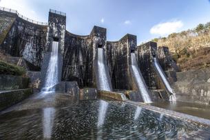 豊稔池ダム・放水ありの写真素材 [FYI04842127]