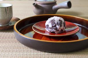 皿にのせた吹雪饅頭の写真素材 [FYI04842135]