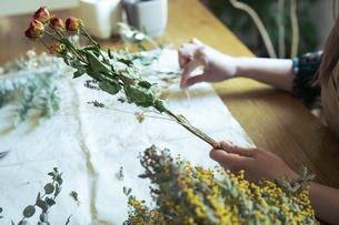 ドライフラワーでスワッグを作る女性の写真素材 [FYI04842335]