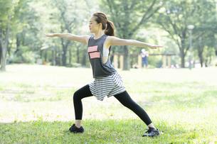 公園でヨガ・ストレッチをする女性の写真素材 [FYI04842493]