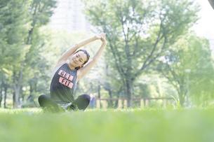 公園でヨガ・ストレッチをする女性の写真素材 [FYI04842495]