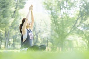 公園でヨガ・ストレッチをする女性の写真素材 [FYI04842502]