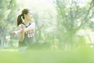 公園でヨガ・ストレッチをする女性の写真素材 [FYI04842503]