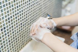 手を洗う女性の写真素材 [FYI04842533]