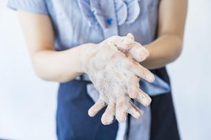 手を洗う女性の写真素材 [FYI04842538]