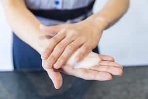 手を洗う女性の写真素材 [FYI04842541]