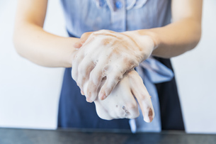手を洗う女性の写真素材 [FYI04842543]