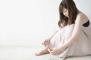ペディキュアを塗っている女性の写真素材 [FYI04842552]