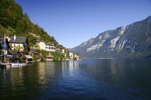 オーストリア・アルプスの湖畔にある世界遺産の美しい町ハルシュタットの写真素材 [FYI04842568]