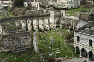 戦争で破壊されて廃墟になった未承認国家ナゴルノ・カラバフ(アルツァフ共和国)の町シューシの写真素材 [FYI04842569]