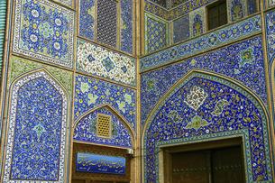青いモザイクタイルで覆われたイラン建築の最高傑作シャイフ・ルトゥフッラー・モスクの外壁の写真素材 [FYI04842572]