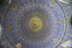 幾何学模様にタイル貼りされたイラン・イスファハーンの世界遺産イマーム・モスクの写真素材 [FYI04842575]