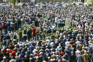 中国・新疆の莎車(ヤルカンド)にあるアルトゥンルクの前で祈るウイグルのムスリムたちの写真素材 [FYI04842579]