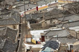 古い家屋が立ち並ぶ北朝鮮ケソン(開城)の路地裏の写真素材 [FYI04842581]
