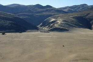 山を背に柵で囲われたヒンバ族の村の写真素材 [FYI04842591]