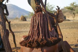 アフリカ・ナミビアに住むヒンバ族の女性の髪形の写真素材 [FYI04842594]