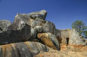 自然の巨石を組み込んで築かれたグレートジンバブエ遺跡のアクロポリスの写真素材 [FYI04842602]
