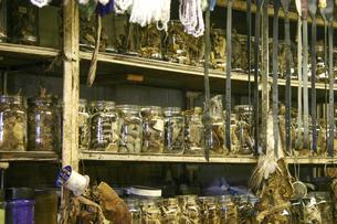 アフリカ伝統医療で使用する薬ムティの原料を売る店の写真素材 [FYI04842603]
