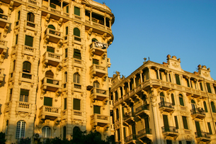 夕日に染まるエジプト・カイロのコロニアル様式の建物の写真素材 [FYI04842609]