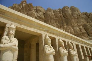 エジプト・ルクソールのハトシェプスト女王葬祭殿のオシリス神列像の写真素材 [FYI04842611]