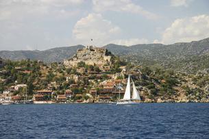 古代都市シメナの遺跡上に建つ「城の村」カレキョイの写真素材 [FYI04842616]