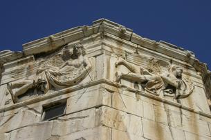 アテネにある風の塔のフリーズに装飾されている風神たち(左がゼピュロス、右がリプス)の写真素材 [FYI04842619]