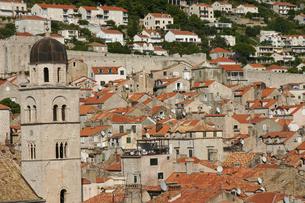 フランシスコ会修道院の鐘塔越しに見るドブロヴニク城壁の中と外の写真素材 [FYI04842623]