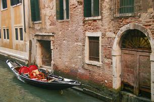 ベネチアの運河と無人のゴンドラの写真素材 [FYI04842628]