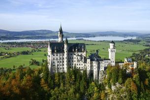 ノイシュバンシュタイン城の眼下に広がる平野とフォルクゲン湖の写真素材 [FYI04842630]