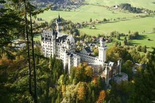 ドイツの美しいノイシュバンシュタイン城を見下ろすの写真素材 [FYI04842631]