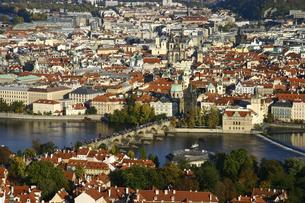 <ヨーロッパ>ヴルタヴァ川にかかるカレル橋とプラハ旧市街の写真素材 [FYI04842632]