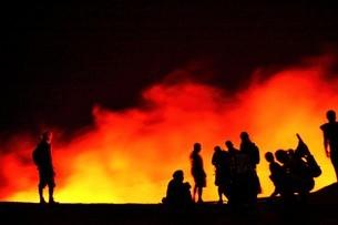 ダナキル砂漠エルタ・アレ火山の溶岩湖を覗き込む人々のシルエットの写真素材 [FYI04842645]