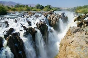 アフリカのナミビアとアンゴラの国境を流れるクネネ川とエプパ滝の写真素材 [FYI04842655]