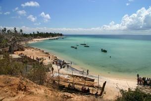 美しいインド洋沿いの小さな漁村(モザンビーク・ペンバ)の写真素材 [FYI04842659]