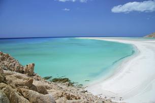 秘境ソコトラ島のエメラルドグリーンの海と白い砂浜の写真素材 [FYI04842661]