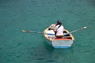 地中海ケコワ島クルーズの観光客に近づく移動販売お土産屋の写真素材 [FYI04842663]