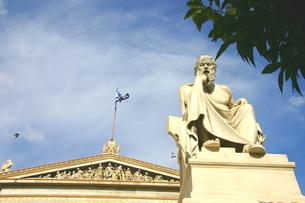 アテネ・アカデミー前の哲学者ソクラテス像の写真素材 [FYI04842673]