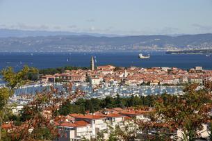 スロヴェニア・イゾラの港から眺めるアドリア海とイタリア・トリエステの写真素材 [FYI04842679]