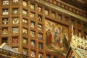 サンクトペテルブルク「血の上の救世主教会」の外壁にモザイクで描かれたロシア各地の紋章の写真素材 [FYI04842682]
