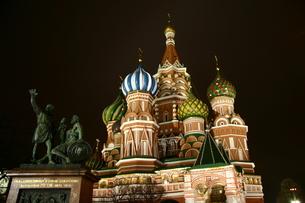 夜のライトアップされた聖ワシリイ大聖堂 in モスクワ、ロシアの写真素材 [FYI04842683]