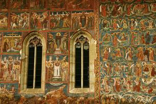 ルーマニアの世界遺産モルダヴィアの教会群・生神女福音大聖堂の外壁に描かれたフレスコ画の写真素材 [FYI04842684]