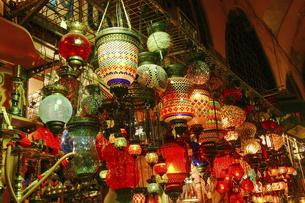 色鮮やかなトルコランプが売られているイスタンブールのグランドバザールの写真素材 [FYI04842686]