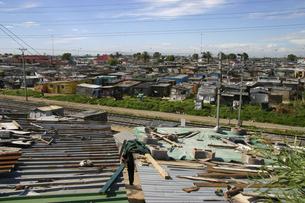 ケープタウン最大のタウンシップであるカヤリシャに建ち並ぶバラックの写真素材 [FYI04842691]