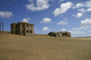 砂漠に飲み込まれるゴーストタウン、ナミビアのコールマンスコップの写真素材 [FYI04842692]