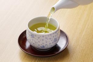 お茶を注ぐの写真素材 [FYI04842704]