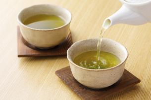 緑茶を注ぐの写真素材 [FYI04842705]