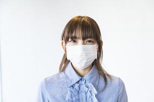 マスク姿の女性の写真素材 [FYI04842763]